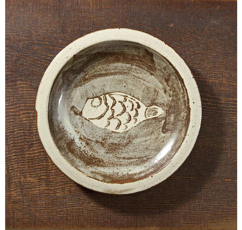 《鉄砂抜絵魚文皿》 バーナード・リーチ 1960年 4.4×30.7㎝ 日本民藝館蔵
