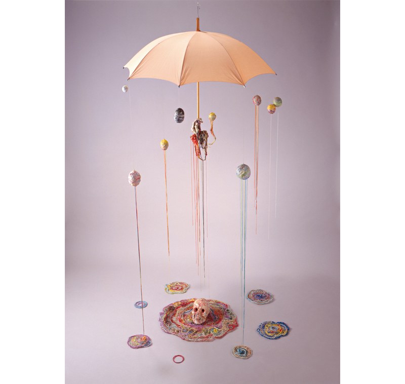 ©ADAGP,Paris & JASPAR,Tokyo,2017<br>《前衛芸術家の魂》 1986年 240×109×109㎝ 傘、頭蓋骨、綿、プラスチック、ポリエステル、樹脂、糸、接着剤 青森県立美術館蔵
