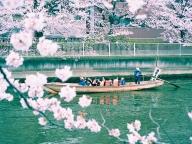 ゆったりと川に浮かぶ和船を眺めて
