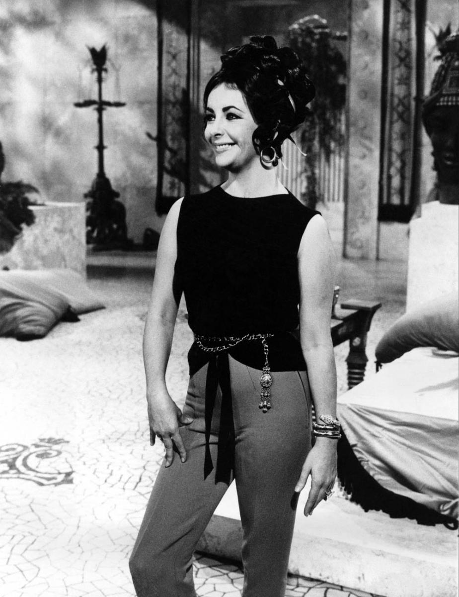 1962年映画クレオパトラの撮影現場にて、エリザベス・テイラーがセルペンティのブレスレットを着用