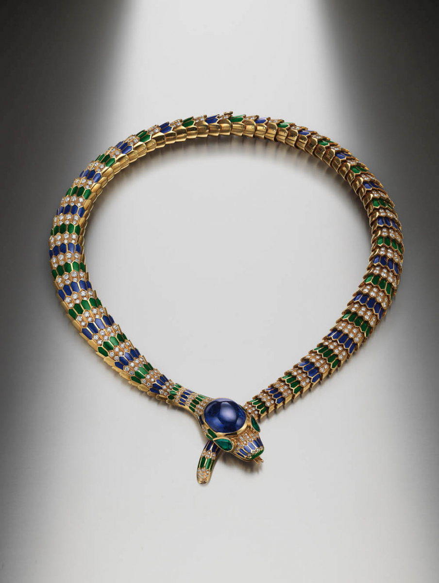 ブルガリ・ヘリテージ・コレクションより、1969年に制作された「セルペンティ」ネックレス。イエローゴールド、ポリクロームエナメル、サファイア、エメラルド、ダイヤモンド製。Photo courtesy of brand
