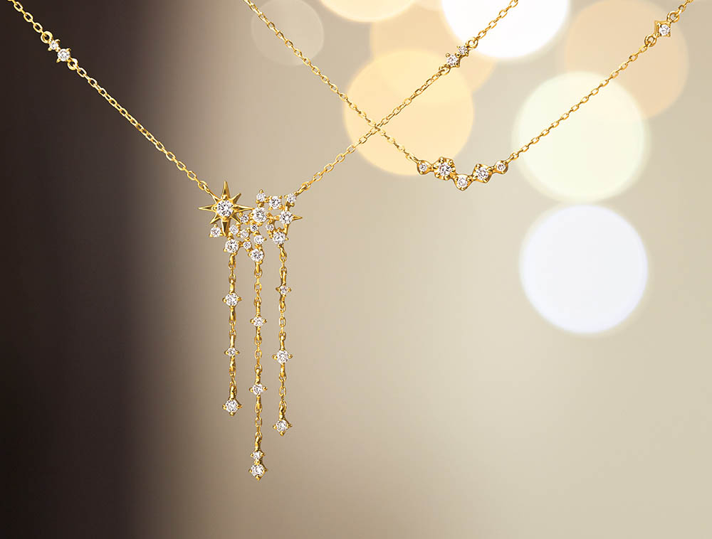 <左から>ネックレス(18KYG×ダイヤモンド)¥92,000、ネックレス(10KYG×ダイヤモンド)¥22,000 ※個数限定、スペシャルパッケージ付き