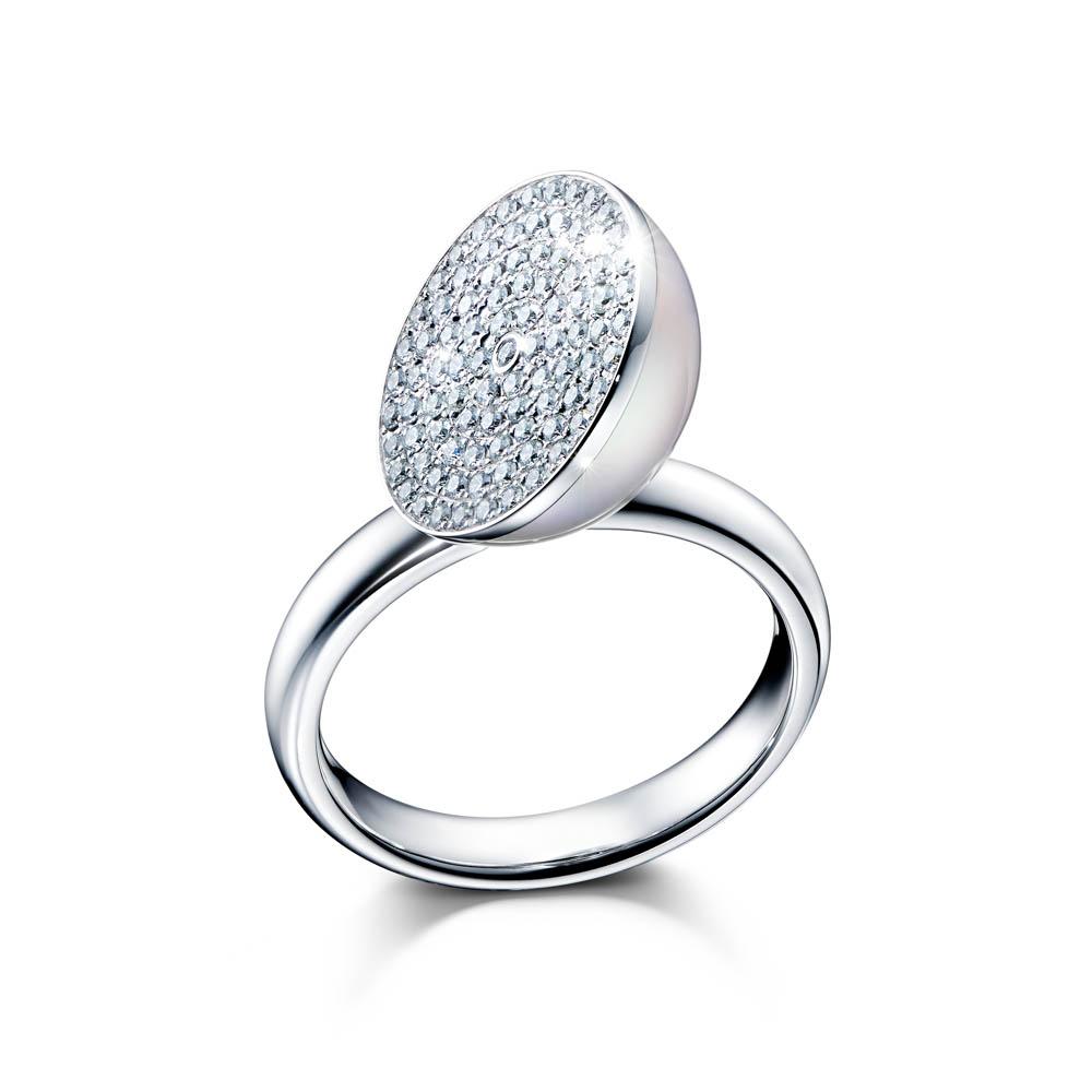 南洋真珠を真っ二つにスライスし、パヴェダイヤをあしらった、メラニー・ジョージャコプロスによるアイコニックなデザイン。「スライスド」リング(WG×南洋真珠×ダイヤモンド)¥954,720
