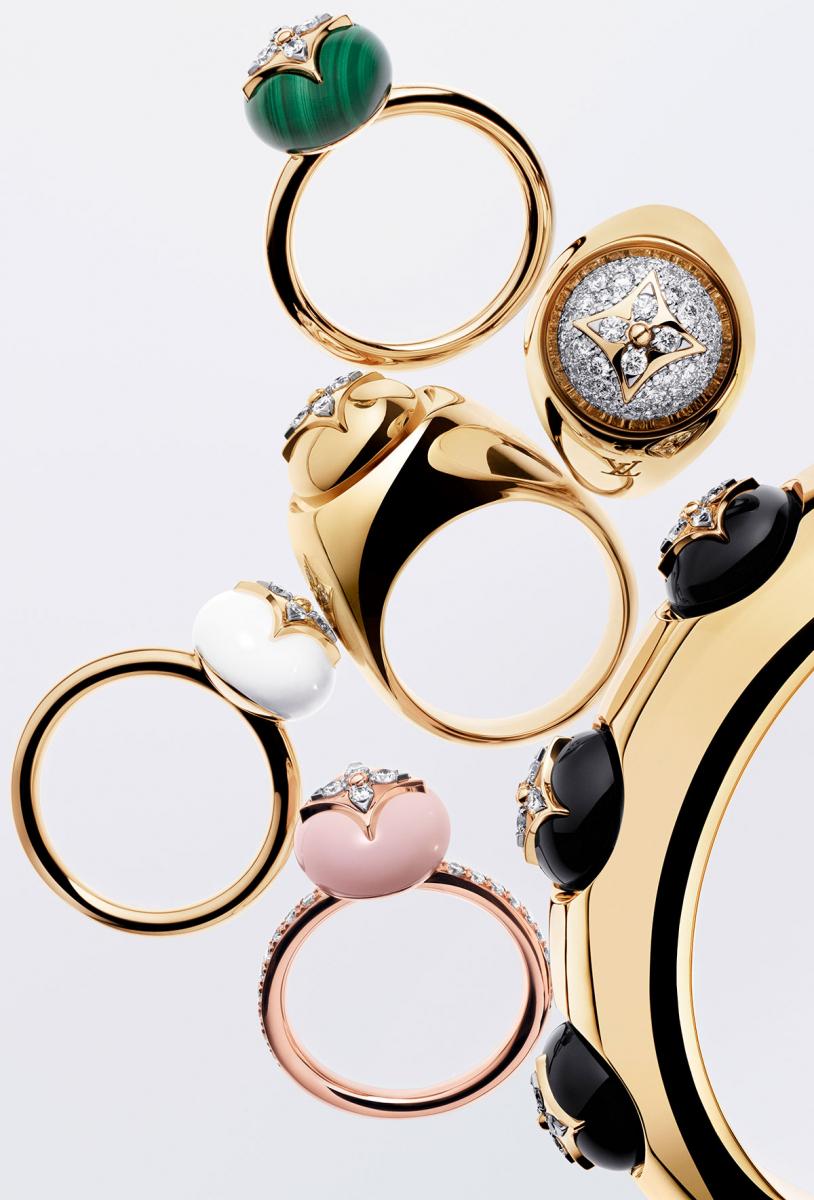"""(上から)""""B ブロッサム""""リング〈YG、マラカイト、ダイヤモンド〉¥400,000、〈YG、ダイヤモンド〉¥745,000、〈YG、ホワイトアゲード、ダイヤモンド〉¥359,000、〈PG、ピンクオパール、ダイヤモンド〉¥590,000、バングル〈YG、オニキス、ダイヤモンド〉¥3,390,000 ※右上のリングは参考商品"""