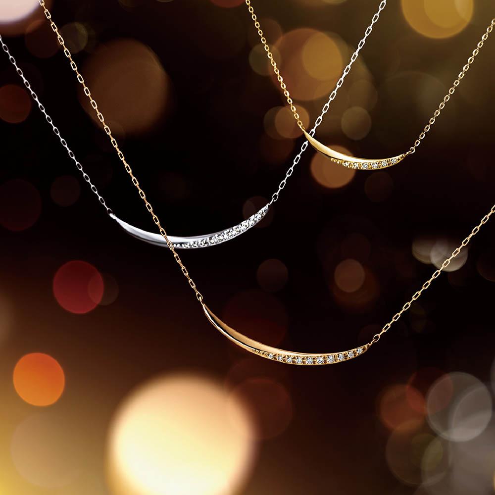 <左から>ネックレス(18WG×ダイヤモンド)¥50,000、ネックレス(18KPG×ダイヤモンド)¥50,000、ネックレス(18KYG×ダイヤモンド)¥36,000、