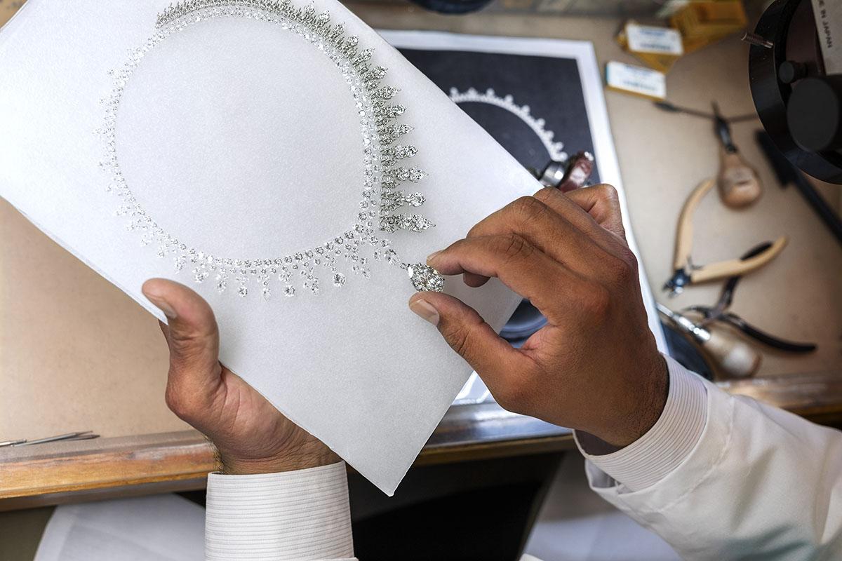 「ティファニー オーロラ ネックレス」の制作風景。Photo courtesy of brand