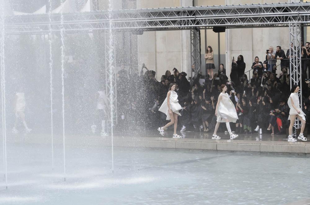 噴水越しのリック・オウェンスのショー。Photo by iMAXTREE/Zeta image