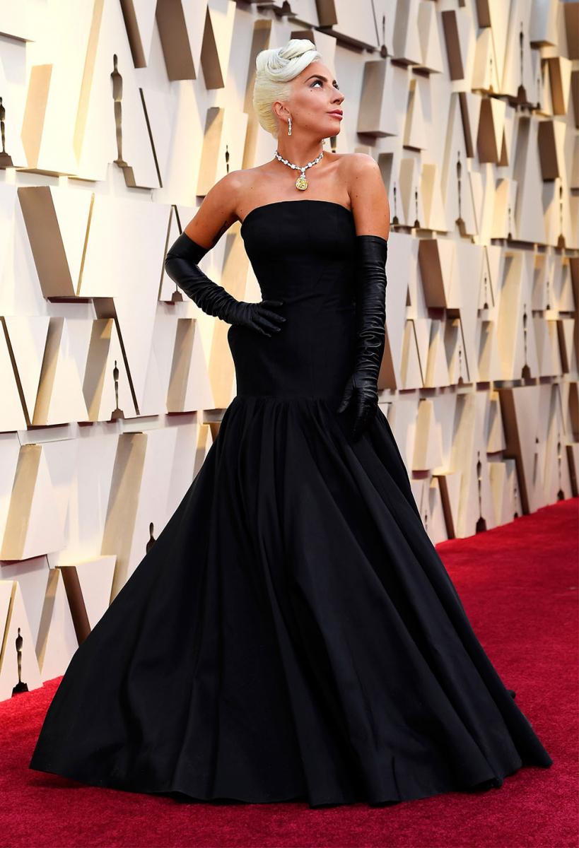 映画『ティファニーで朝食を』を彷彿とさせるブラックサテンのドレスとグローブは、アメリカ人デザイナーのブランドン・マックスウェルによるもの。