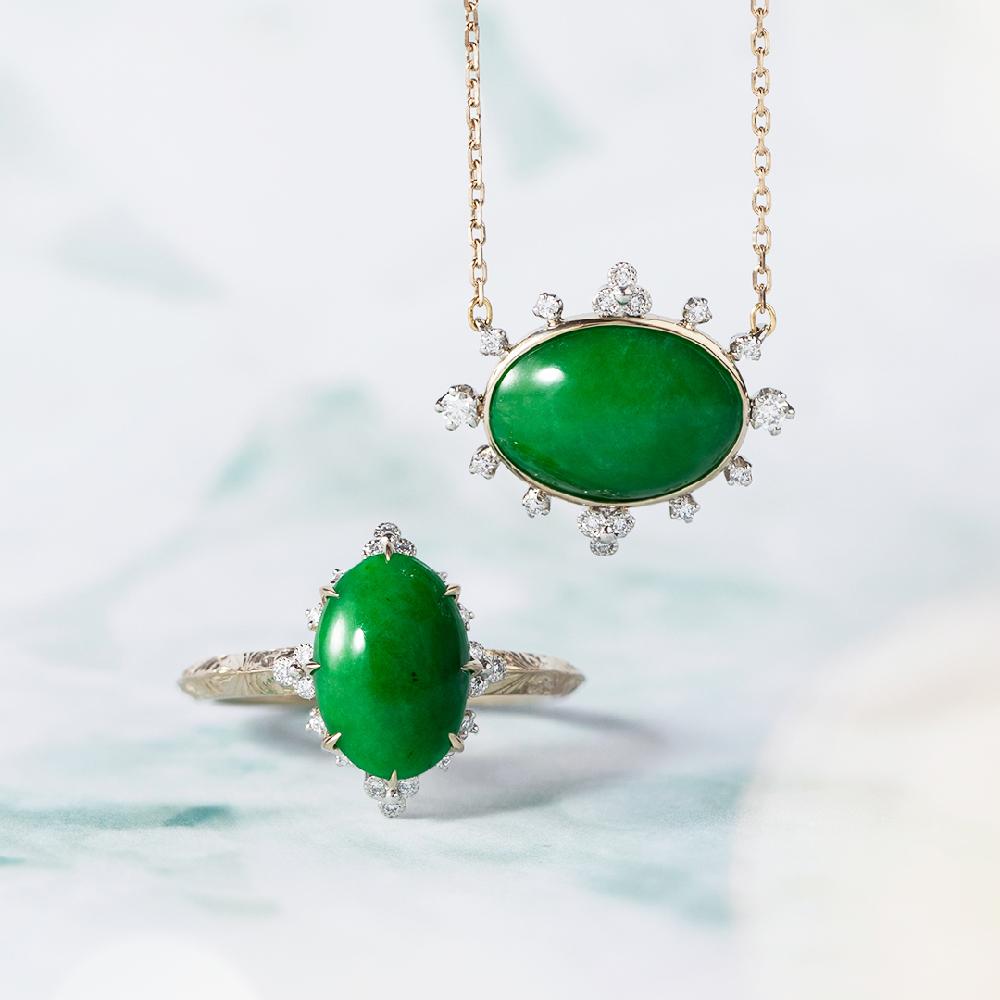 リング〈K18シャンパンゴールド、Pt、ジェダイト、ダイヤモンド〉¥330,000、ネックレス〈K18シャンパンゴールド、Pt、ジェダイト、ダイヤモンド〉¥297,000
