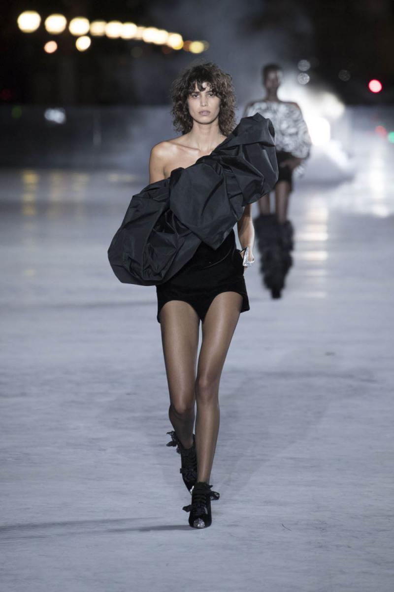 サンローランのランウェイに登場したミカ・アルガナラス。Photo courtesy of brand