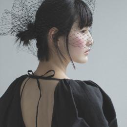 【橋本愛の武装MODE】エターナルなエレガンスを湛えた、フェティコのブラックドレス