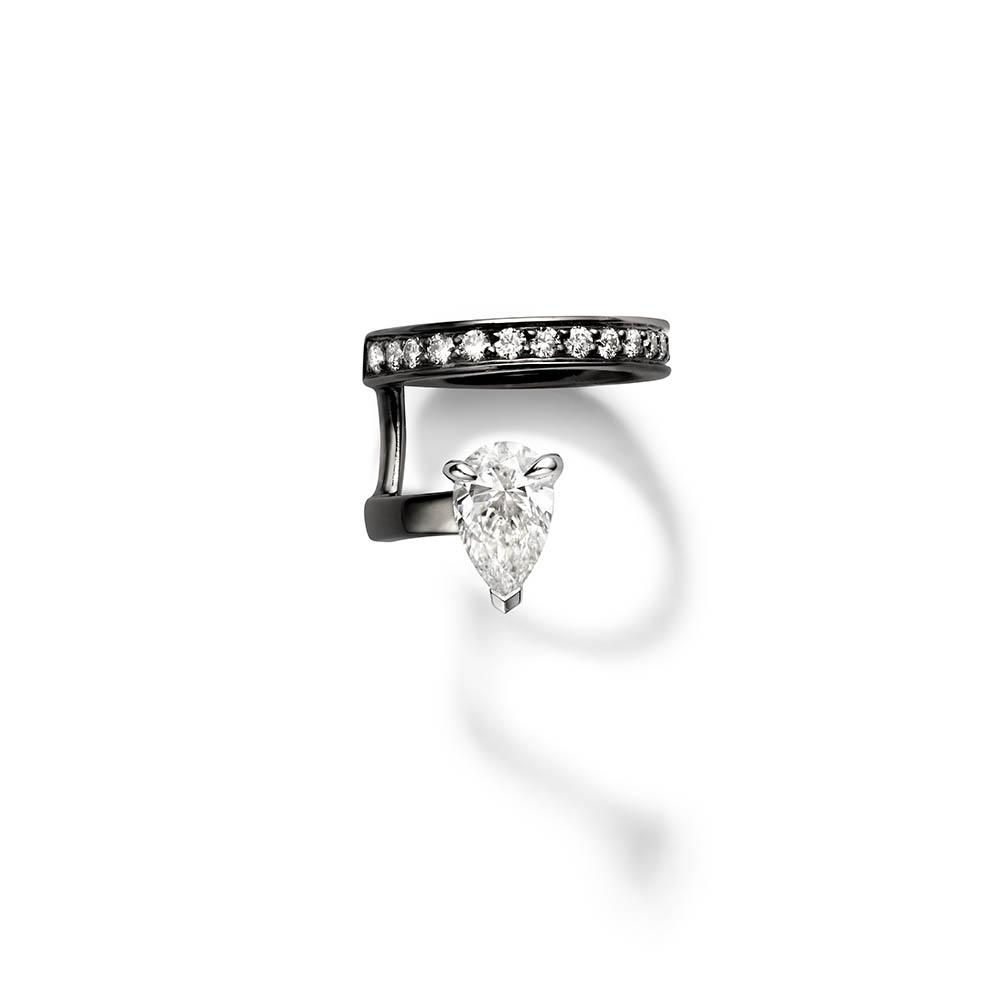 艶やかなブラックゴールドを使ったイヤーカフ。〈18Kブラックゴールド、ダイヤモンド〉¥377,000