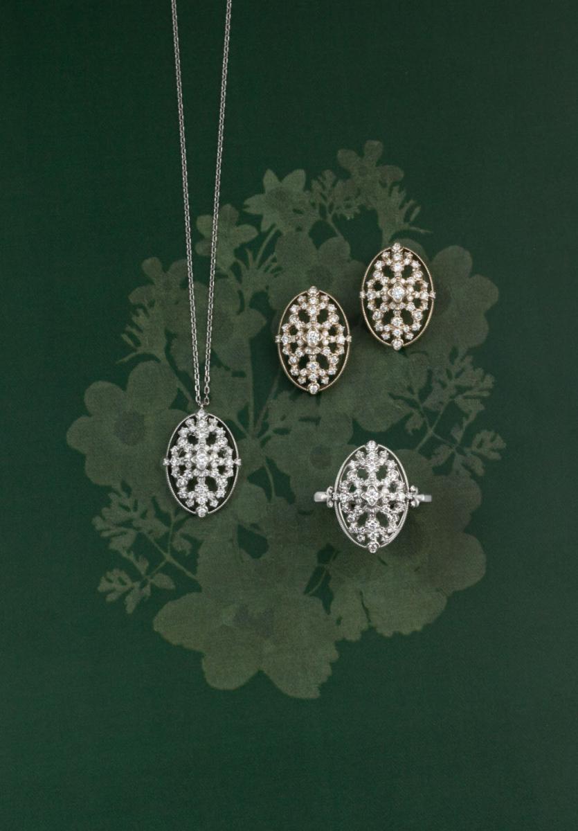 ピアス(K18シャンパンゴールド×ダイヤモンド)¥370,000・ネックレス(Pt×ダイヤモンド)¥300,000・リング(Pt×ダイヤモンド)¥350,000
