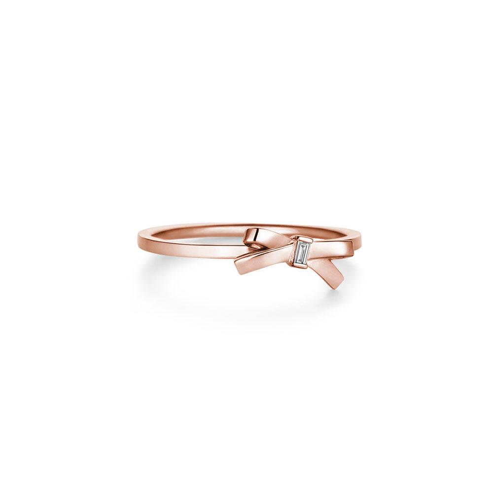 【アーカー】フェミニンなリュバンモチーフに、ソリッドなバゲットカットダイヤを