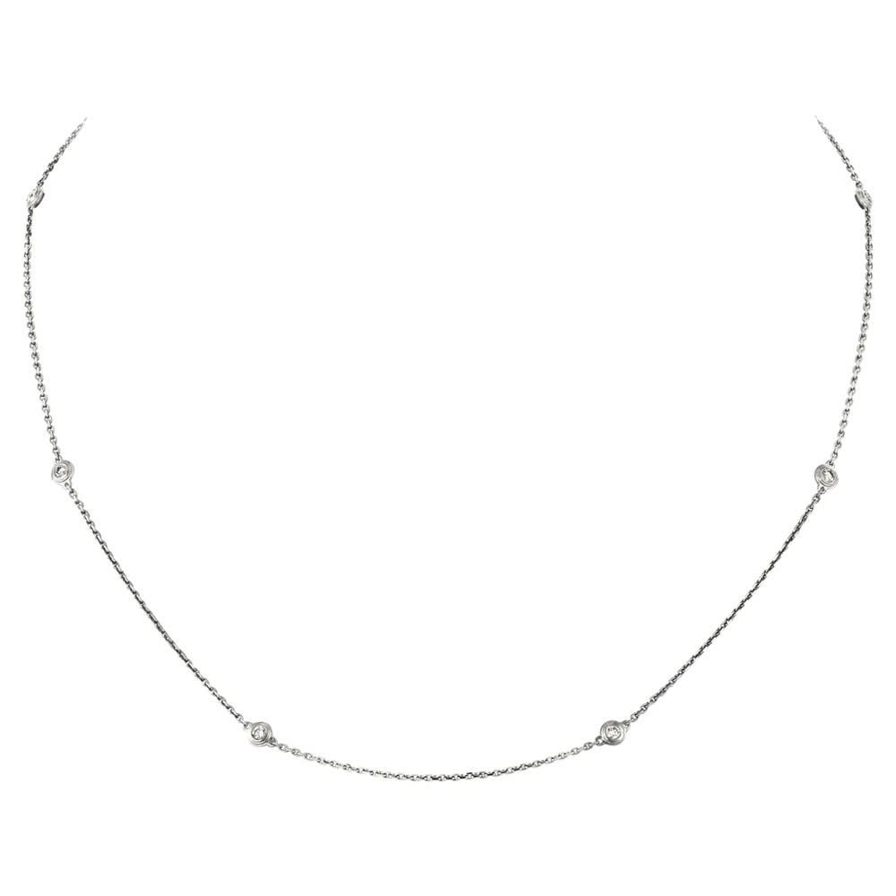6粒のダイヤモンドを配した細身チェーンのネックレスが、デコルテを繊細に演出。「ディアマン レジェ」ネックレス(WG×ダイヤモンド)¥307,500/カルティエ