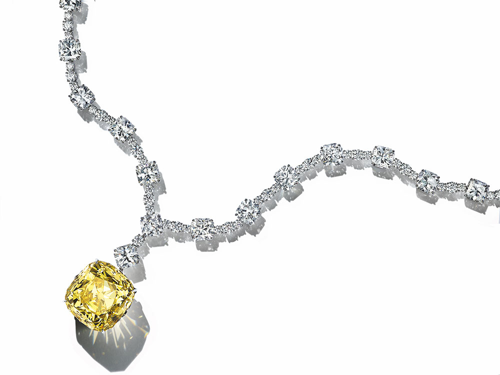"""驚異の128カラットを誇る""""ティファニー ダイヤモンド""""。カラーグレードはファンシー イエロー。82面を超えるファセットが、太陽のような輝きを放つ。"""