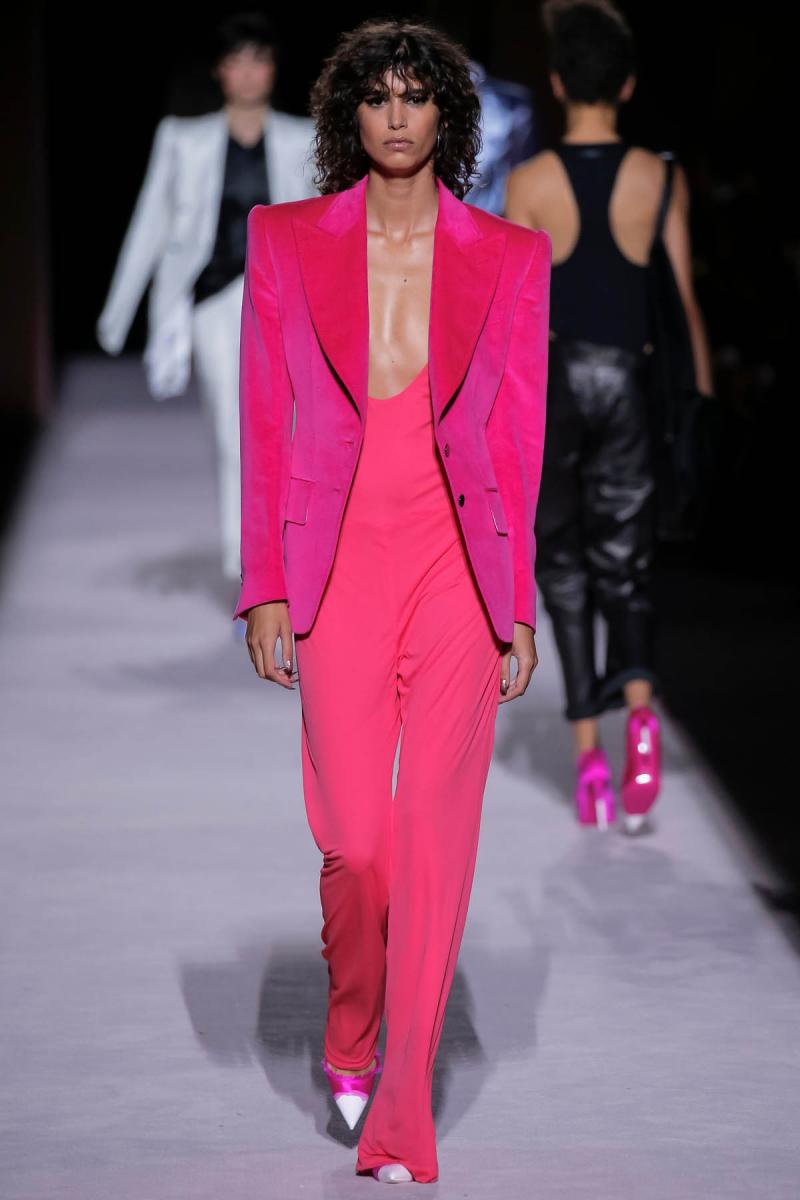 人気モデル、ミカ・アルガナラスのエキゾチックなブロンズスキンに映える鮮やかなフューシャ。トム フォードの2018年春夏コレクションより。photo by iMAXTREE/Zeta image