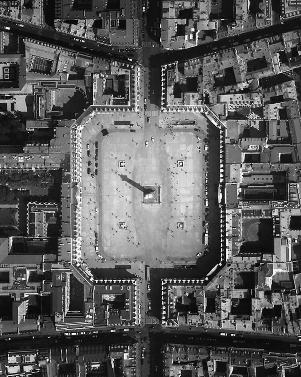 「プルミエール」のインスピレーションとなったパリのヴァンドーム広場。世界屈指のジュエラーが軒を連ねるこの地に、シャネルは**年にジュエリーブティックをオープンしている。Photo courtesy of brand