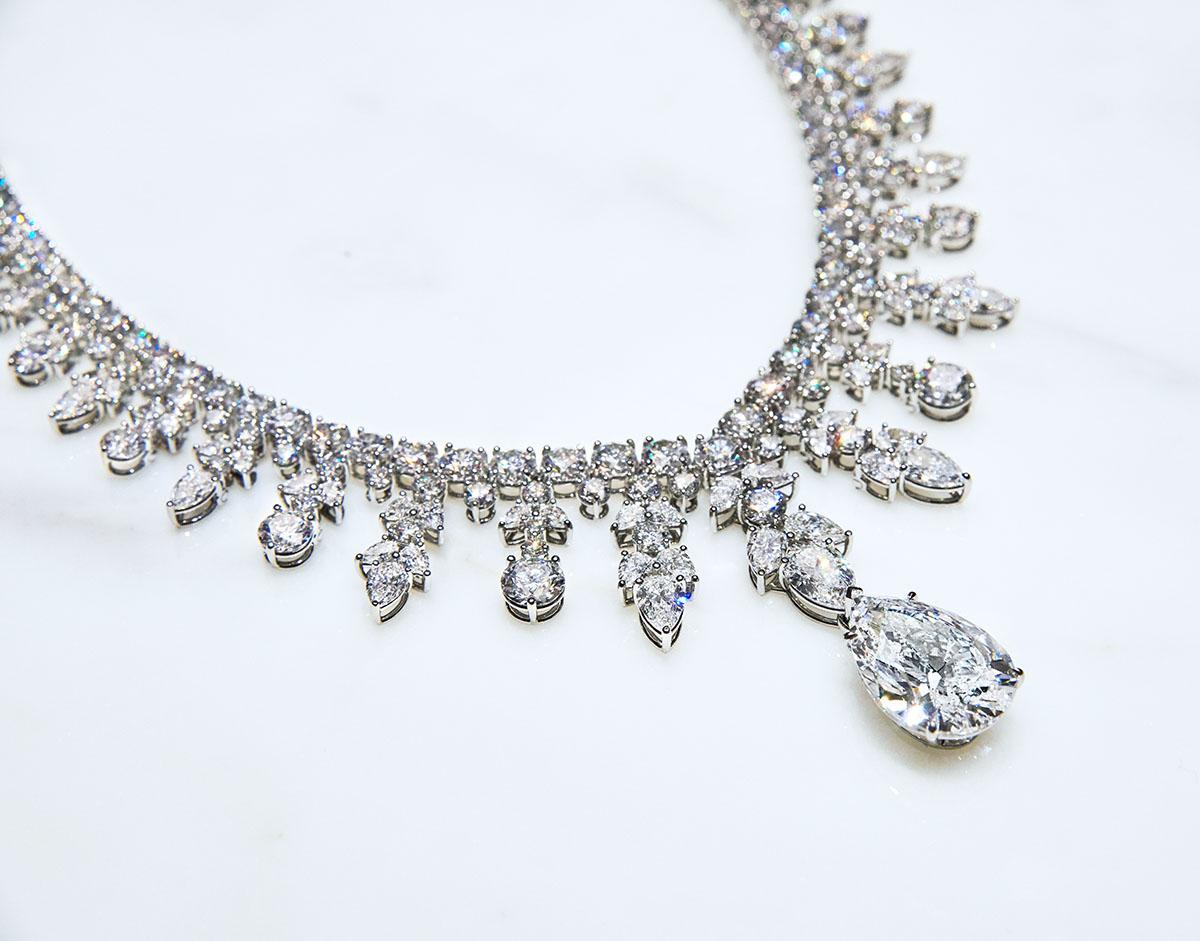 モダンクラシックなデザインが、ダイヤモンドの輝きを最大限に引き立てるデザイン。Photo courtesy of brand