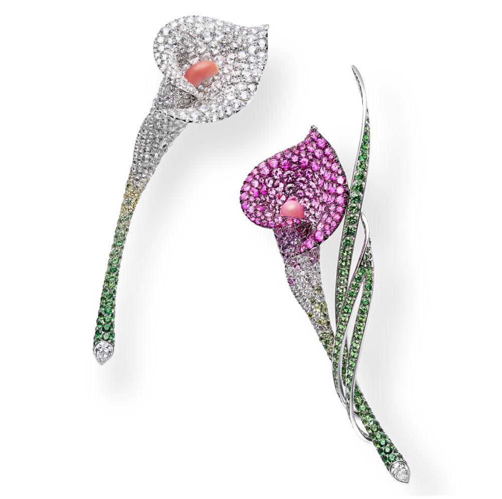 カラーの花の生き生きとした表情を捉えたブローチ。苞(ほう)と呼ばれるガクの部分はダイヤモンド、そしてピンクサファイアとガーネットで、そして中央の花の部分は、コーラルカラーのコンクパールで表現している。