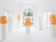 エミリオ・プッチがトモ コイズミとコラボ、11体のドラマティックなドレスをミラノにて披露