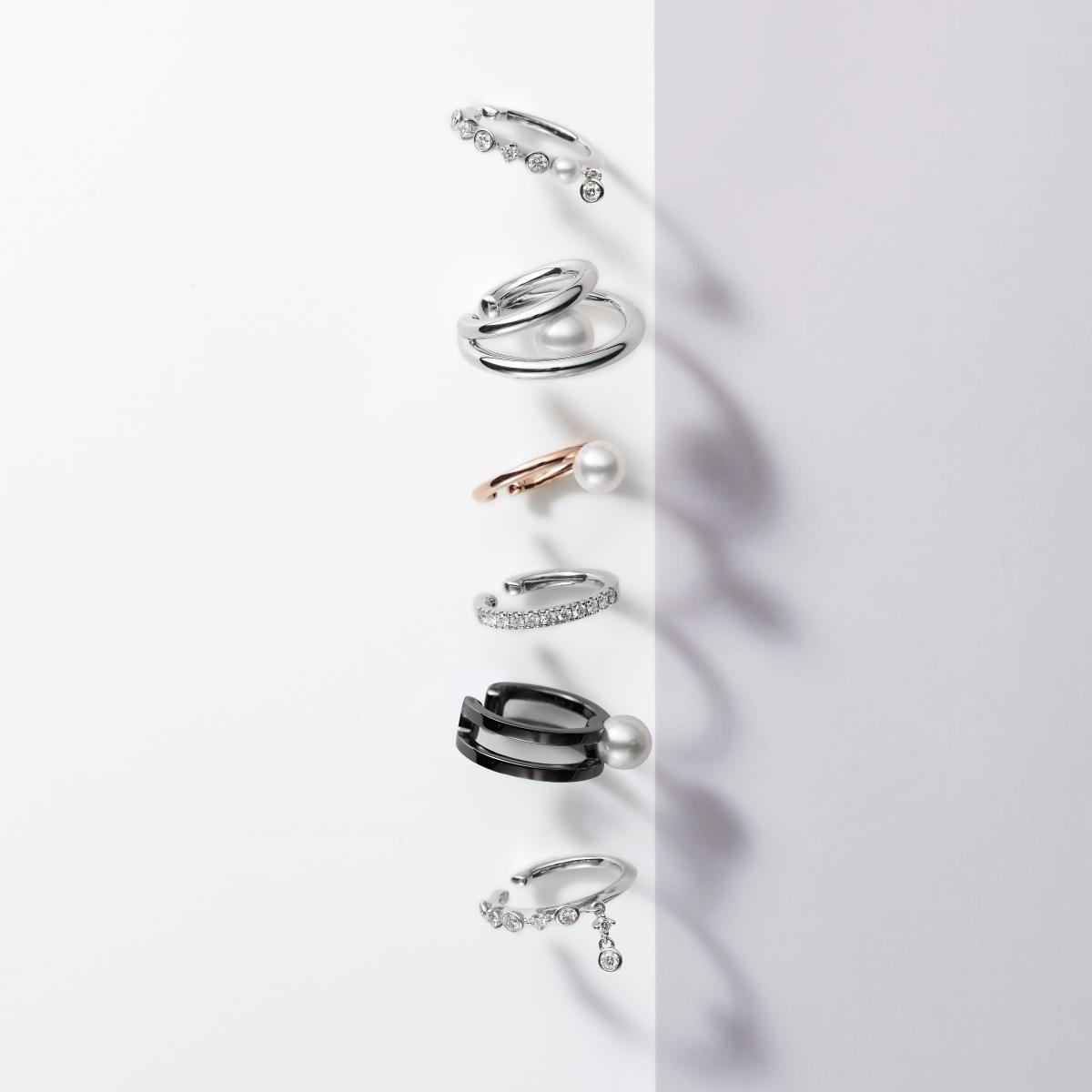 (上から)イヤーカフ〈WG、ダイアモンド、アコヤ真珠〉,137,500、〈シルバー、アコヤ真珠〉¥25,300、〈PG、アコヤ真珠〉¥60,500、〈WG、ダイアモンド〉¥132,000、〈シルバー ブラックロジウム加工、アコヤ真珠〉¥28,600、〈WG、ダイヤモンド〉¥143,000