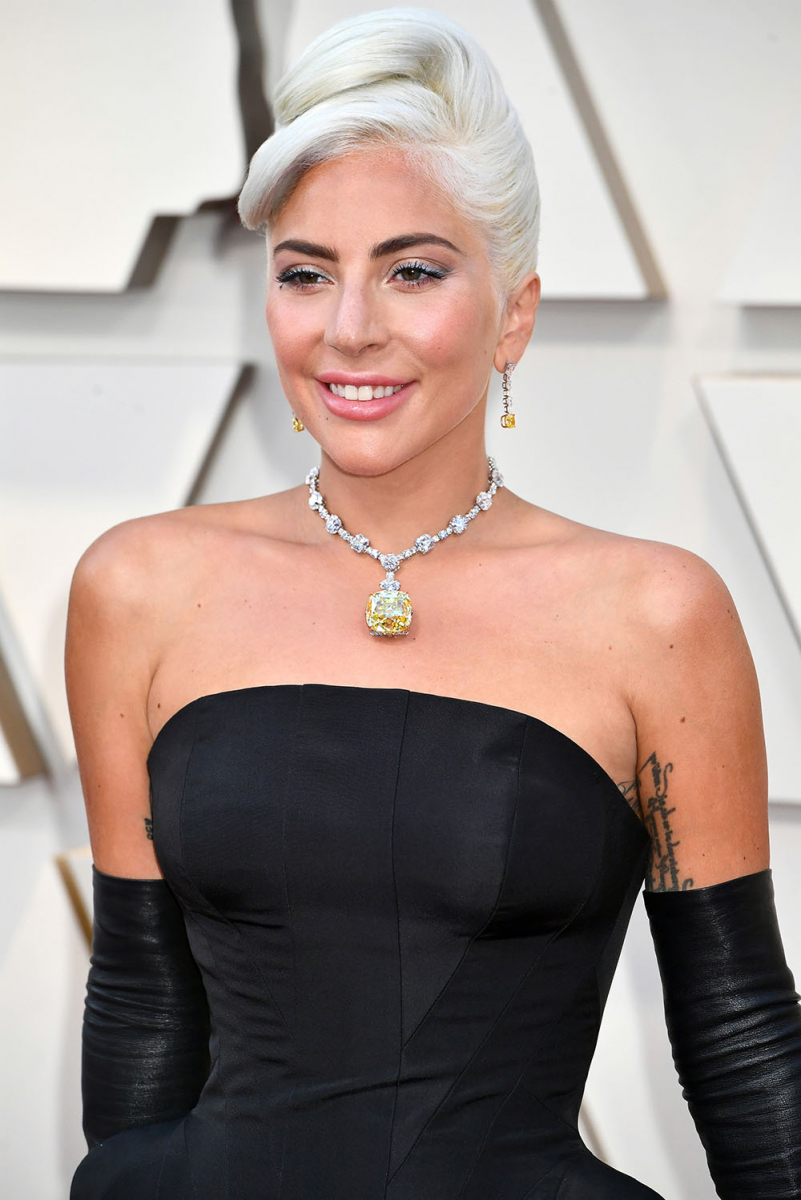 """かの有名な""""ティファニー ダイヤモンド""""を着用し、レッドカーペットに登場したレディ・ガガ。"""