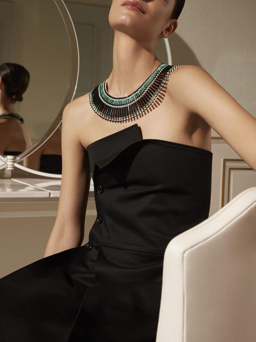 """最新ハイジュエリーコレクション """"Vu Du 26"""" のアール・デコネックレス。オートクチュールのドレスに用いられるグログランリボンの豊かな表情を、オニキス、マラカイト、ダイヤモンドで表現。Photo courtesy of Boucheron"""