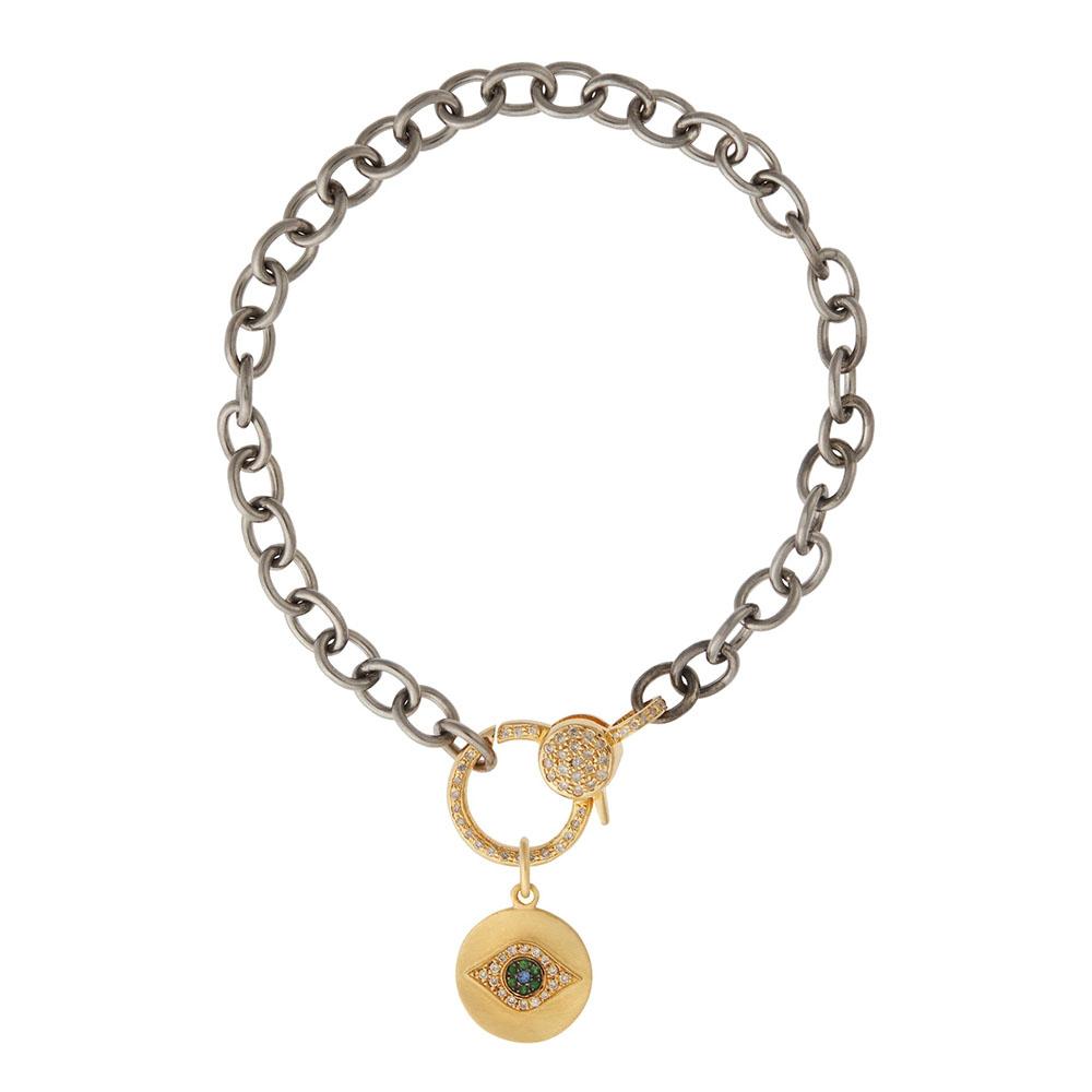 「ゴールデン・アイ」チャーム〈18KYG、ダイヤモンド、ツァボライトガーネット、ブルーサファイヤ〉¥143,000、ブレスレット〈14KYG、シルバー、ダイヤモンド〉¥275,000