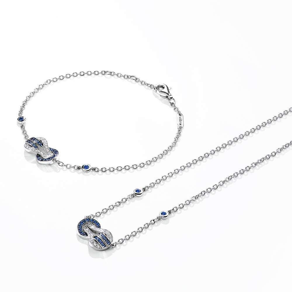 """""""8°0""""ブレスレット<WG、ダイヤモンド、ブルーサファイア>¥388,000、同ネックレス<WG、ダイヤモンド、ブルーサファイア>¥448,000"""