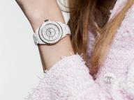 """ホワイトとピンクの甘美なマリアージュ、シャネル """"J12"""" から限定モデルが登場"""