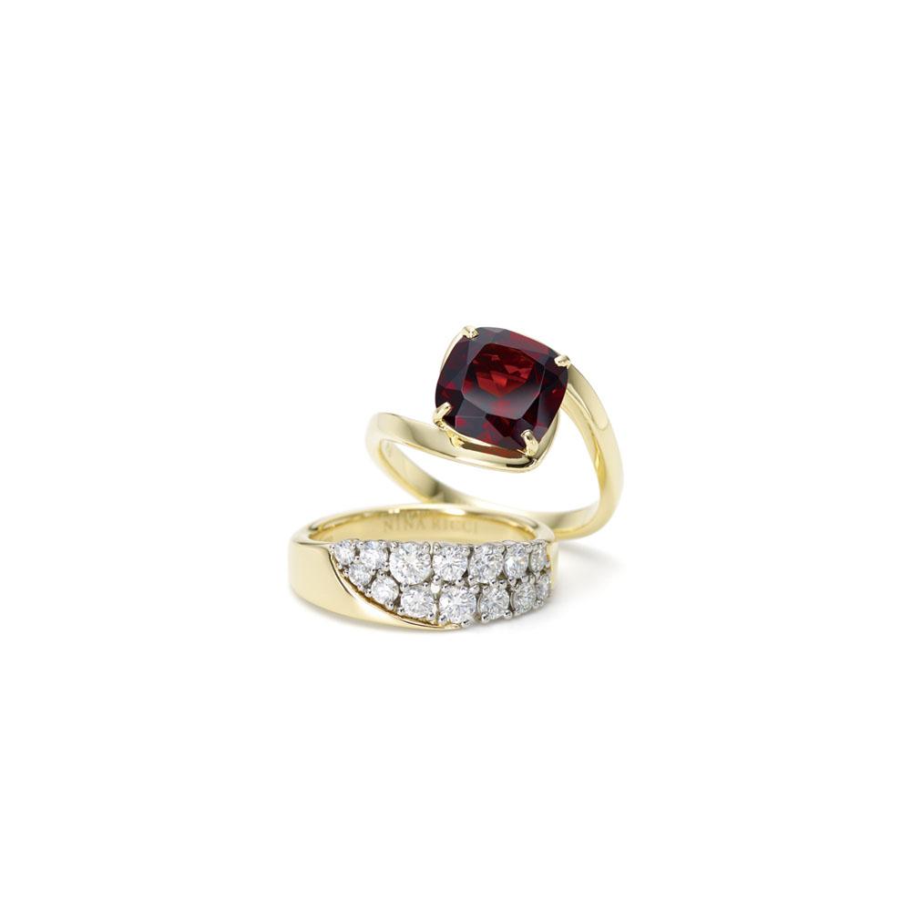 <上から>「イリュージョニスト」リング(18KYG×ガーネット)¥184,000、同リング(18KYG×Pt×ダイヤモンド)¥348,000