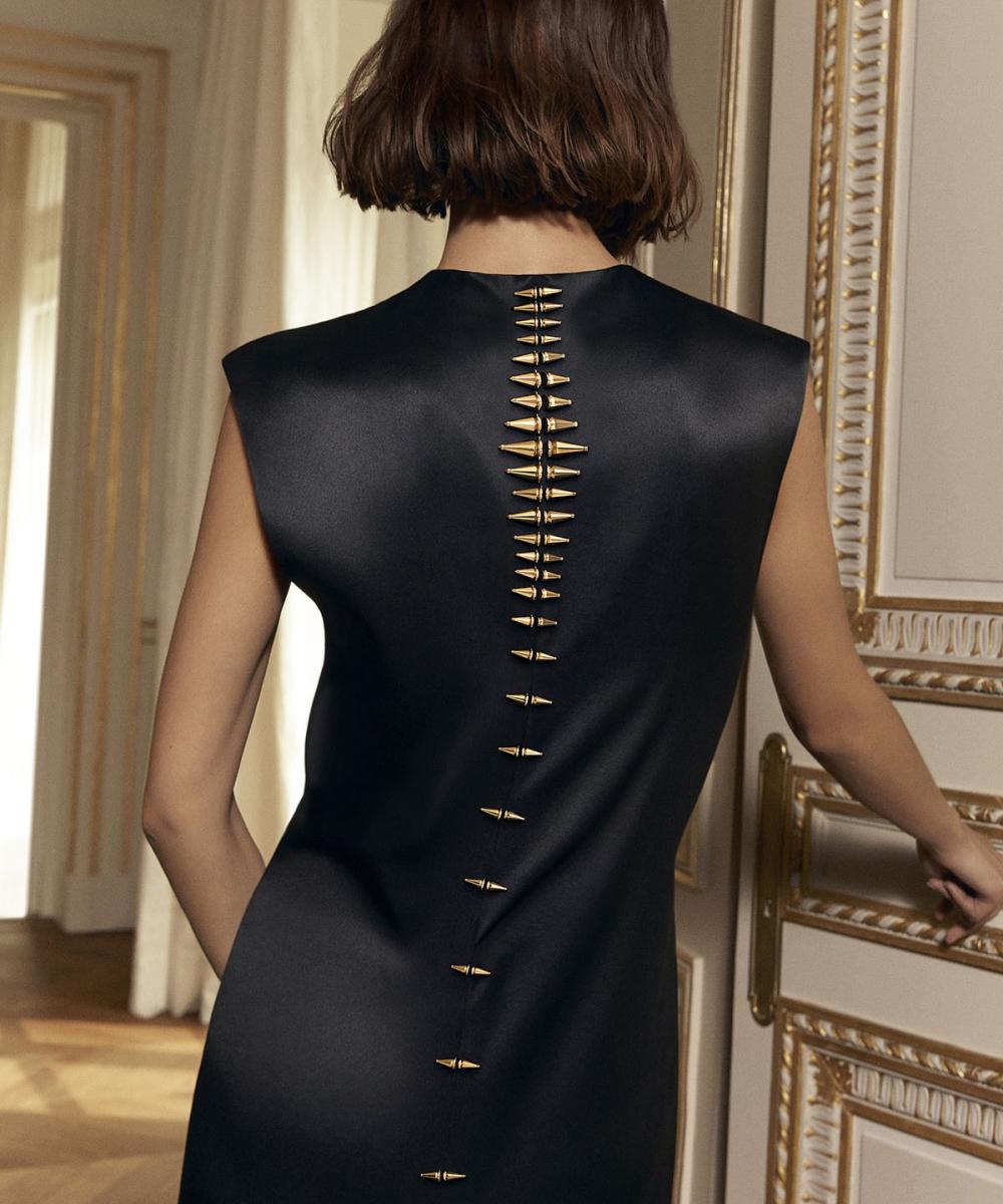 """昨年デビューした """"ジャック ドゥ ブシュロン"""" のクラスプを再解釈したブローチ。イメージビジュアルでは、ドレスのバックシームに合わせてスパイクのように沿わせるスタイリングを提案している。Photo courtesy of Boucheron"""