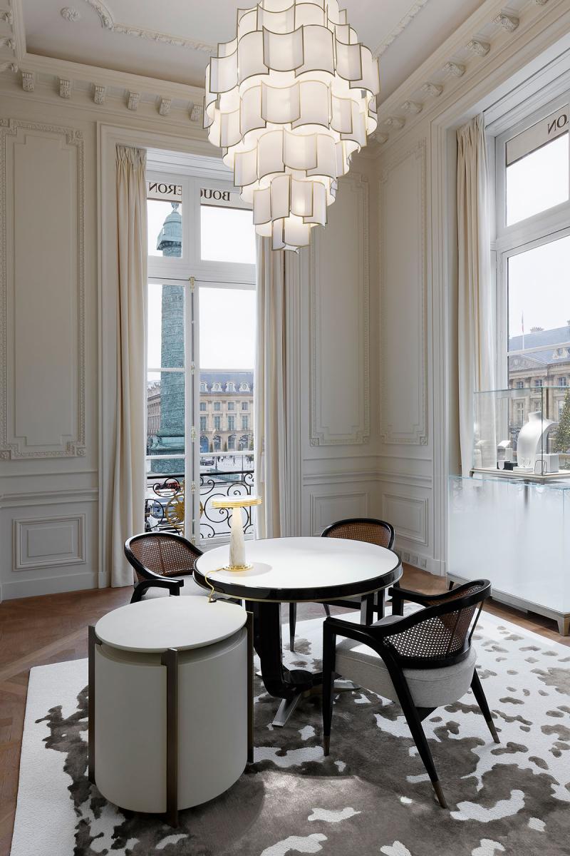 ブシュロンのヴァンドーム広場本店。「サロン デ ルミエール」と呼ばれる、光が降り注ぐサロンからは、ナポレオンの円柱像を目前に臨んで。Photo courtesy of Boucheron