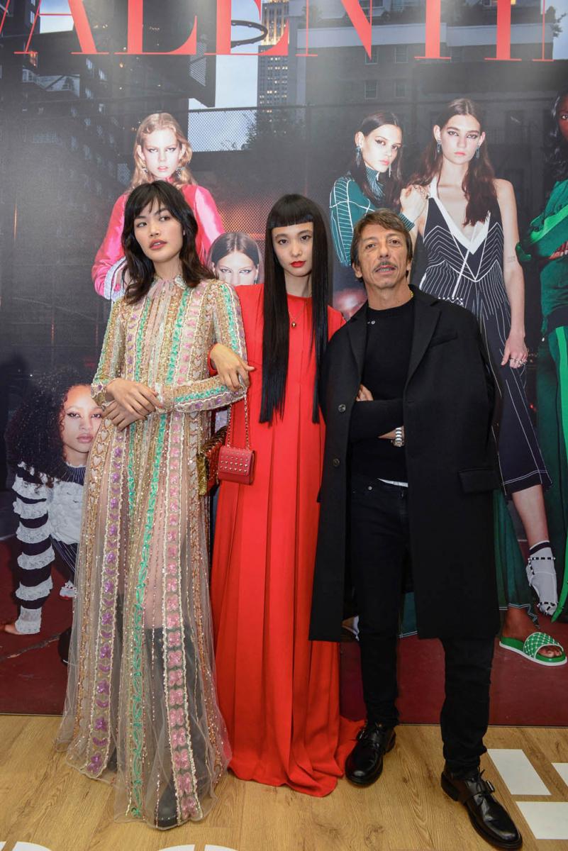 本誌でもお馴染みのイット・ガール福士リナ、萬波ユカと。Photo courtesy of brand