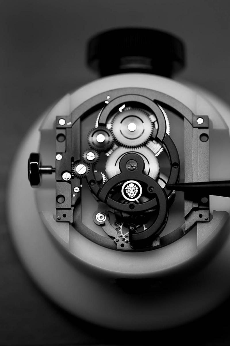 ソリッドなカラーで統一された自社製ムーブメント「キャリバー 3.」。シャネルのスピリットアニマルである、獅子のモチーフが取り入れられている。