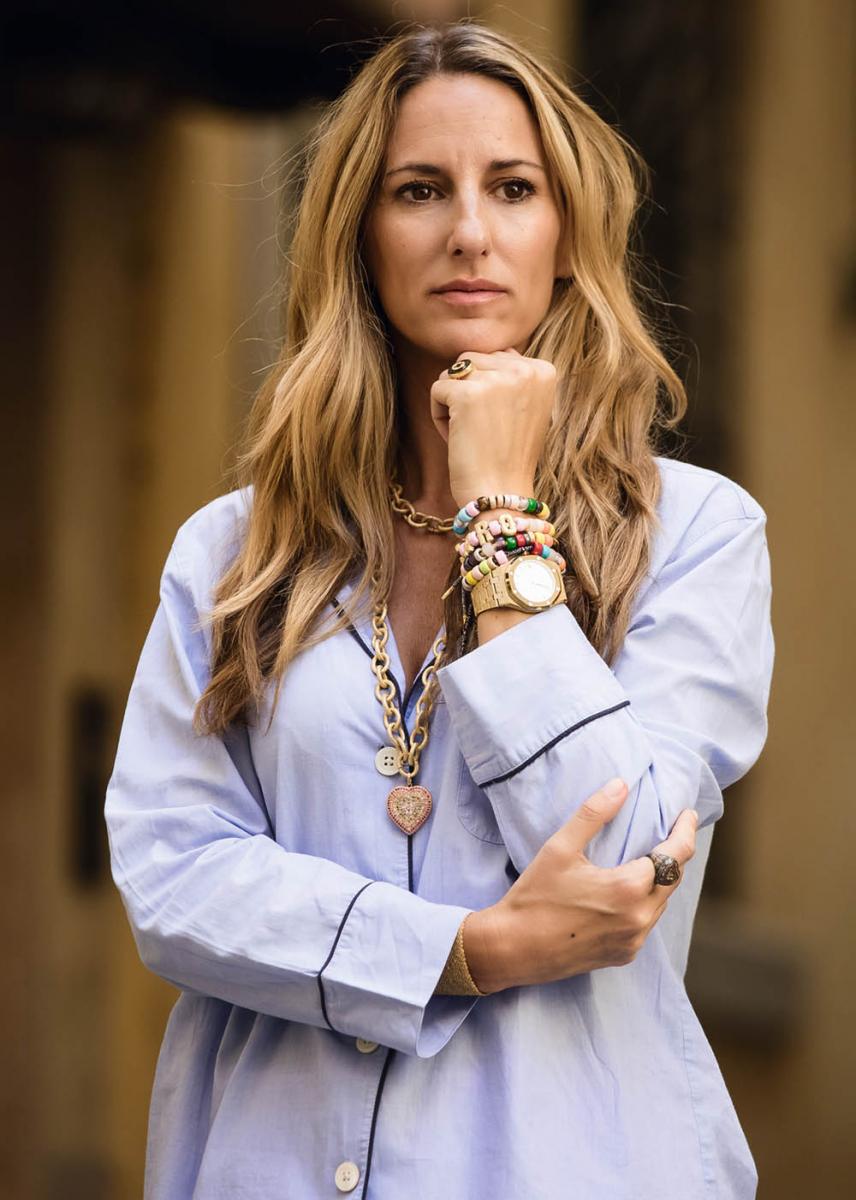 デザイナーのキャロリーナ・ブッチ。手元には自身のジュエリーに加え、「ロイヤル オーク・フロステットゴールド」が個性を放つ。