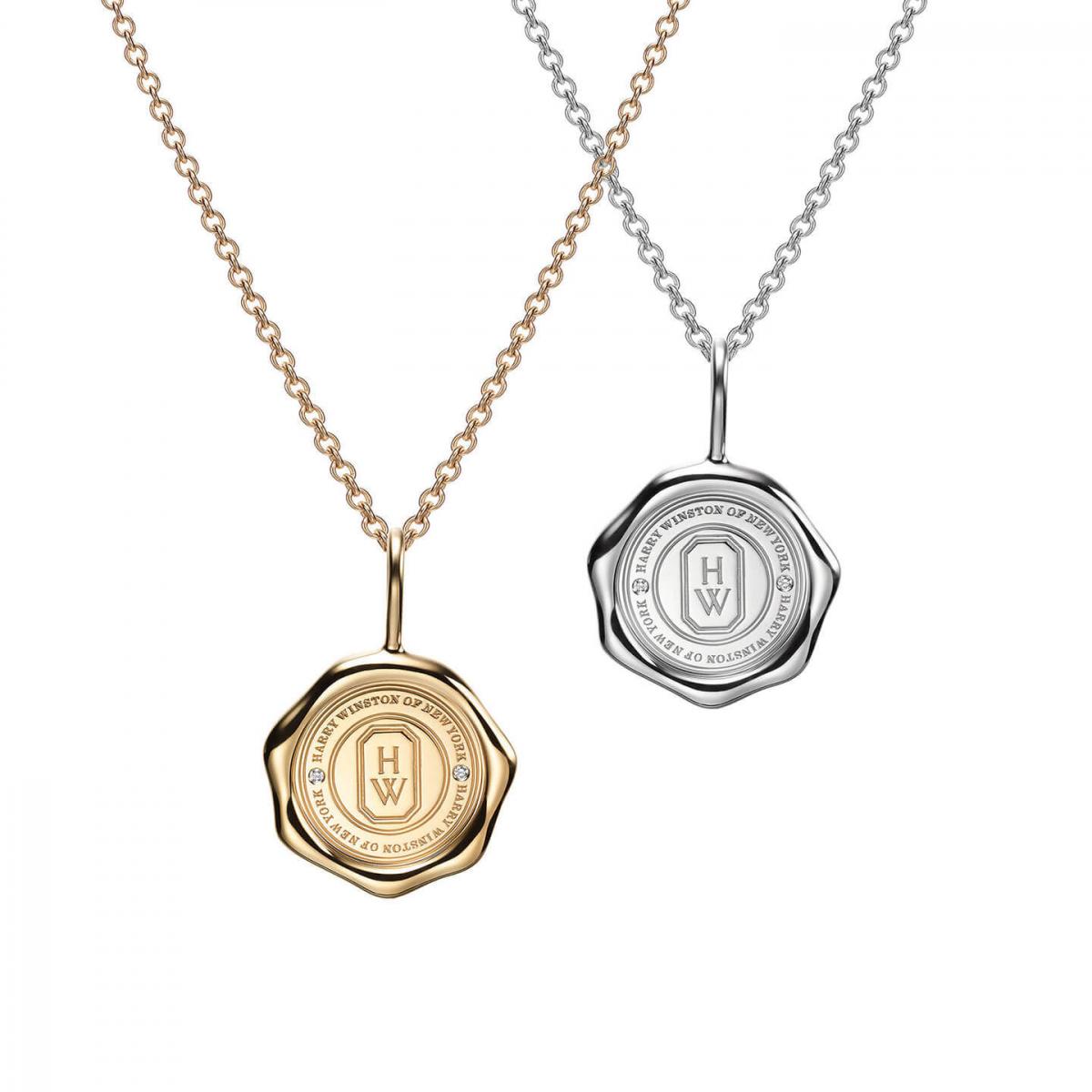 「シールド・バイ・ハリー・ウィンストン」チャーム〈PT、ダイヤモンド〉¥360,000・〈18KYG、ダイヤモンド〉¥290,000 ※チェーン別売