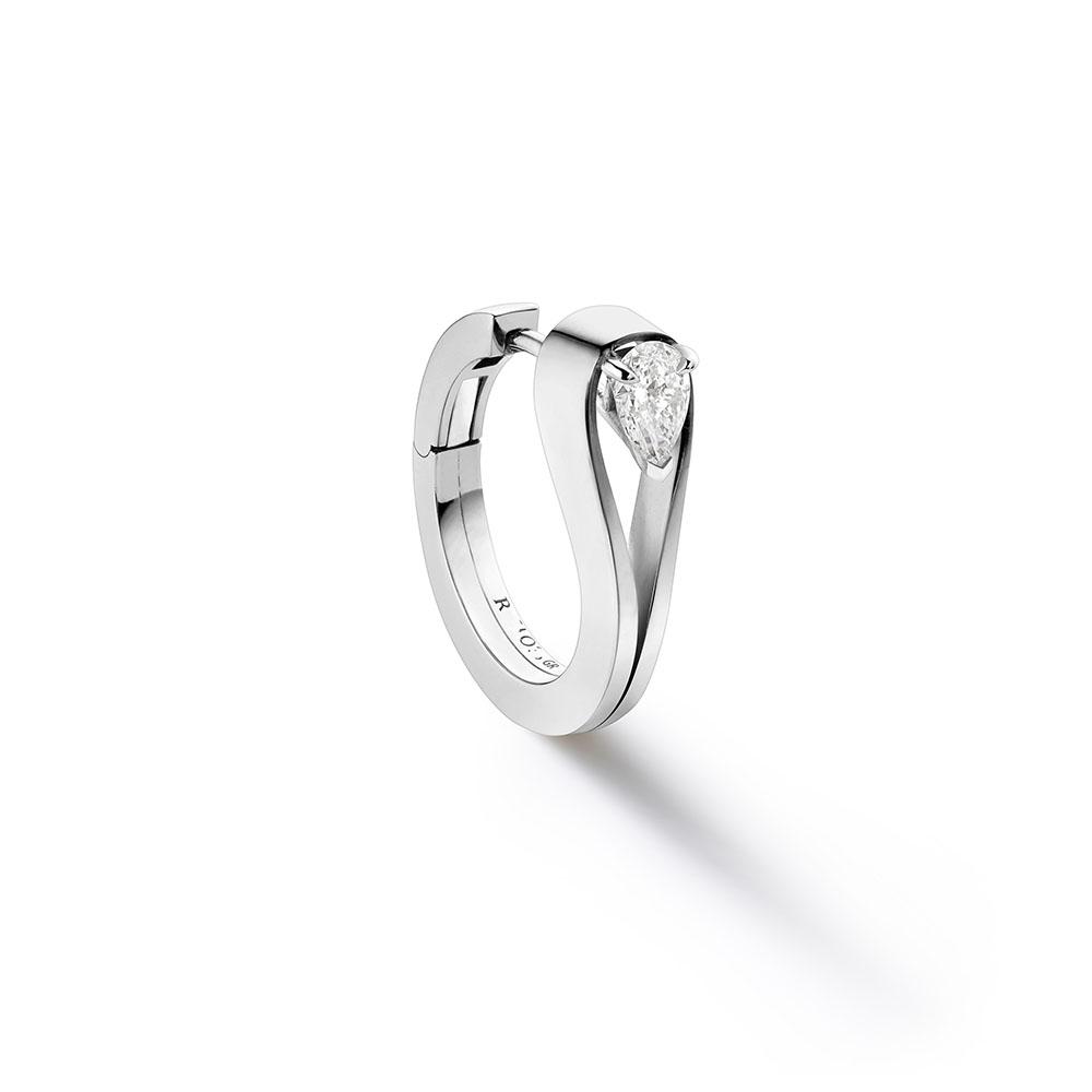 """""""セルティ・アンヴァーセ""""イヤリング〈WG、ダイヤモンド〉¥415,000"""