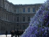 ディオールの花とブルーの花瓶