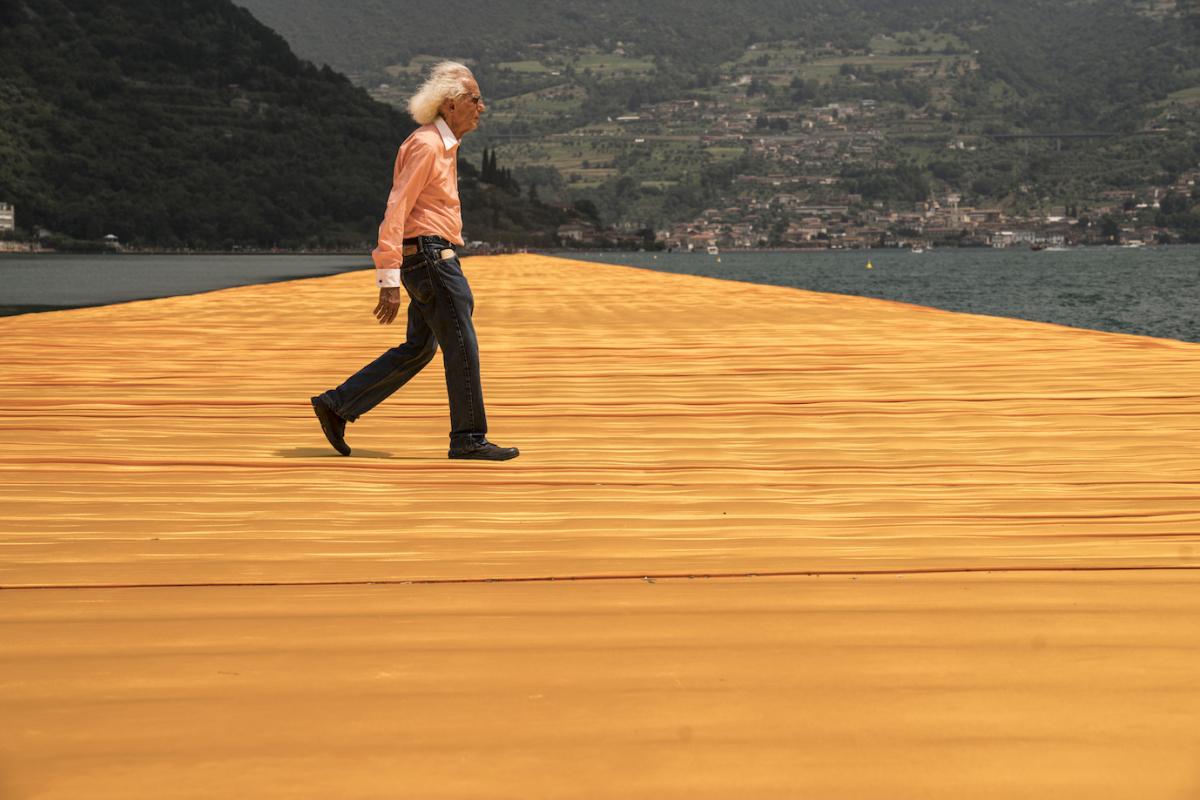 フローティング・ピアーズ、イタリア・イセオ湖、 2014 -16 でのクリスト(Photo: Wolfgang Volz) © Christo