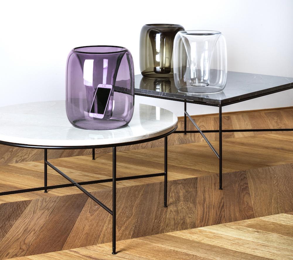 鈴木啓太のデザインによるガラス製スピーカー「exponential」(クリア/カーボンブラック/ワインレッド/インディゴブルー)¥88,000(60点限定)、「プランナーコーヒーテーブル」丸型 ¥197,640、長方形 ¥144,000/フリッツ・ハンセン