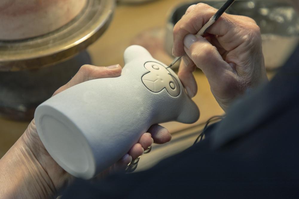 鹿児島のハンドドローイングをケラミックスタディオン・グスタフスベリの職人がひとつひとつ手書きで再現。