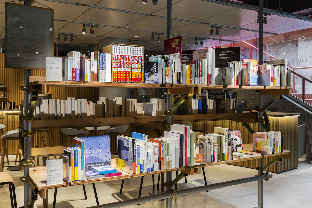 BACHによる本棚はよりソーシャルな課題解決へとデザインの居場所が変わっていくこれからの時代を見据え、確かな情報やずっと読み継げる物語など、芯のあるメディアとして