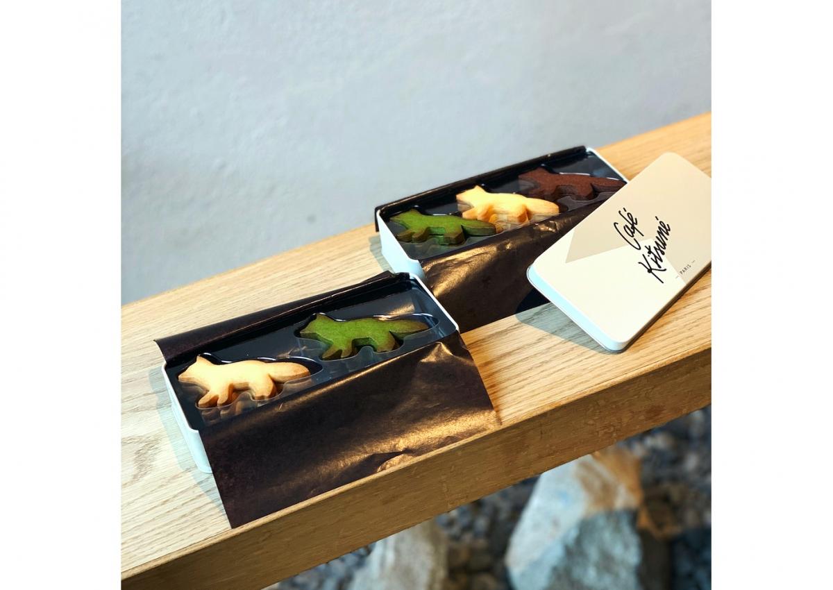 「Café Kitsuné キツネ サブレ缶」6枚入り(バター味・抹茶味 各3枚)¥2,800、9枚入り(バター味・抹茶味・ヴィーガンチョコレート味 各3枚)¥3,800