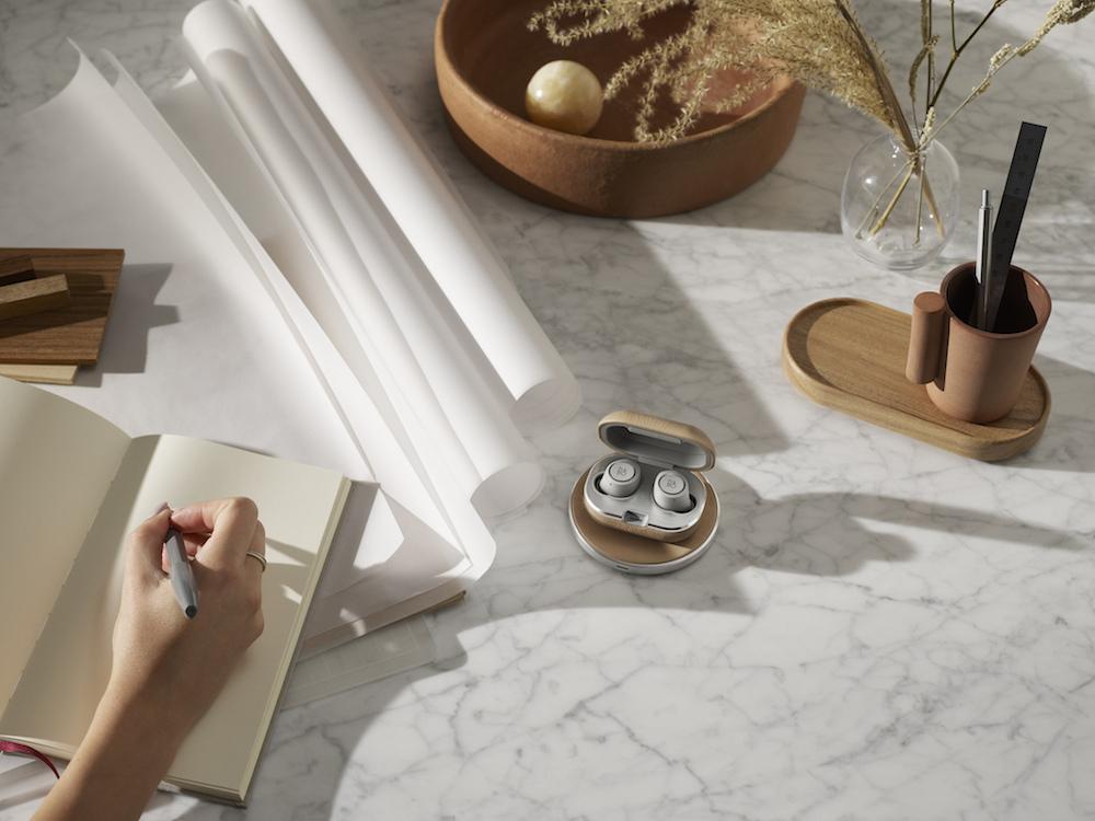4月発売予定のワイヤレス充電パッド「Wireless Charging Pad」(価格未定)と組み合わせたところ。