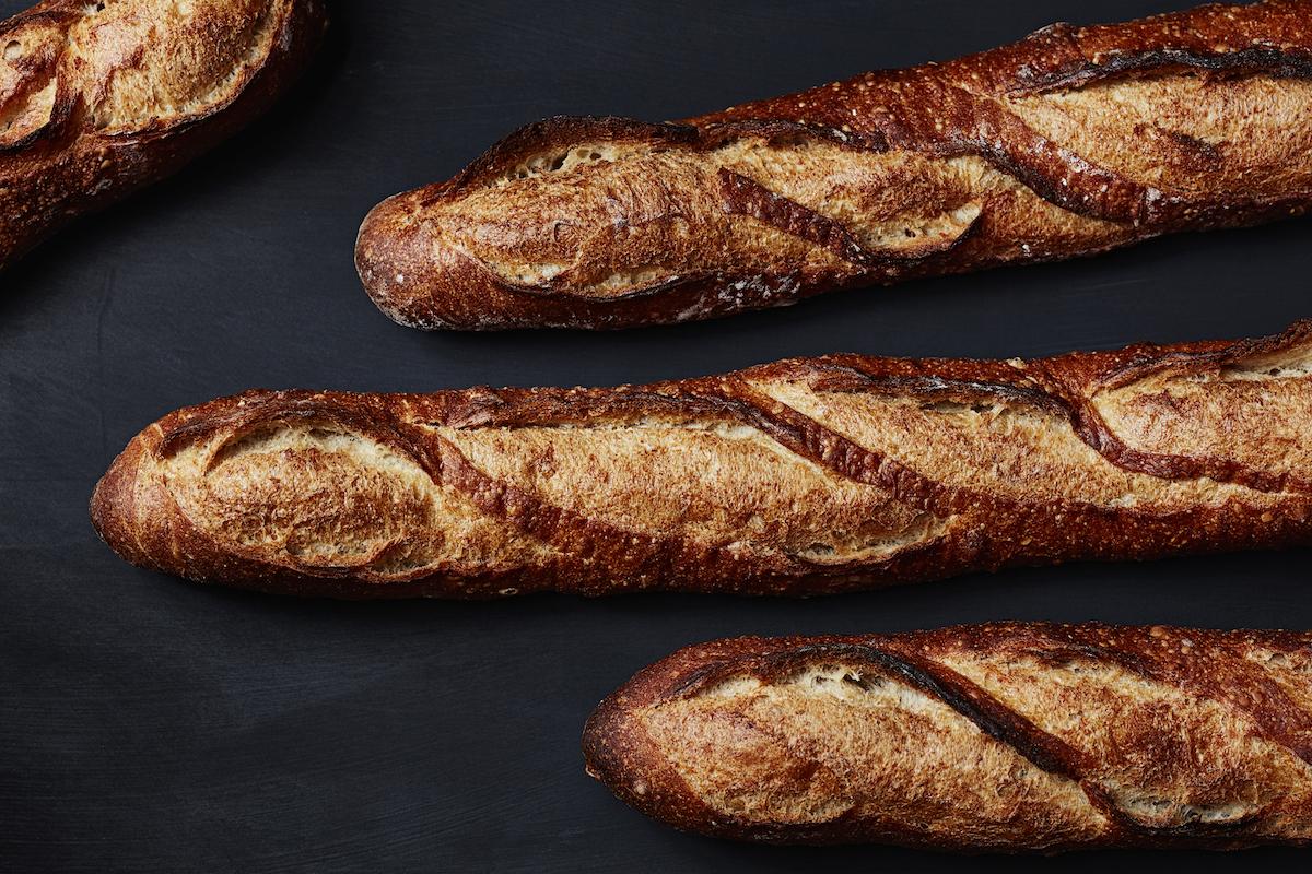 フランス産の厳選された小麦を使い、長時間発酵させて生地を丁寧に焼き上げたバゲットは、香ばしいクラストともっちりしたクラムの食感を存分に楽しめる。