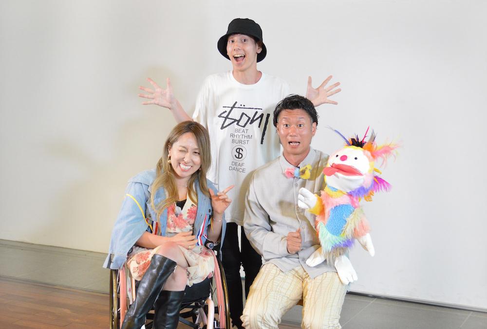 左から「パラトリテレビ」のナビゲーターの中嶋涼子、パラトリテレビディレクター(撮影・編集)の鹿子澤拳、マスコットキャラクターのPちゃんを操るダンサーの熊谷拓明。