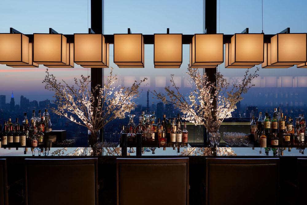 カウンター越しに見える桜と美しい夜景のコンビネーションが贅沢。