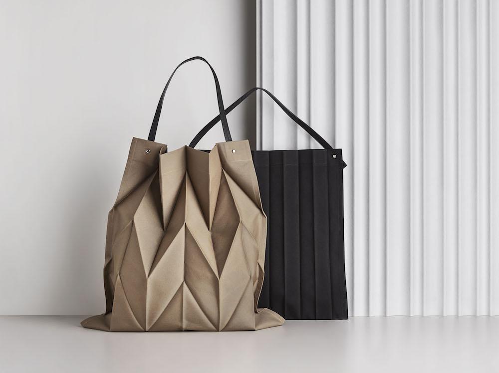 新作のバッグ(左)54×52cm/ダークベージュ ¥22,000、(右)49×44cm/ブラック ¥20,000